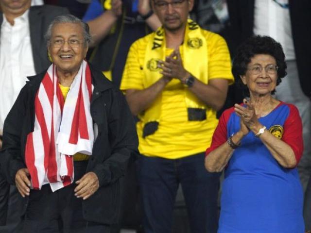 Việt Nam - Malaysia: Thủ tướng Malaysia muốn đội tuyển mang cúp vàng về nước