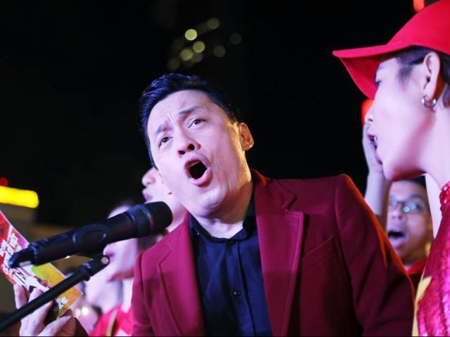 Ảnh: 100 nghệ sĩ hát ở phố đi bộ Nguyễn Huệ cổ vũ đội tuyển Việt Nam