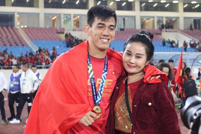 """Dàn SAO ĐT Việt Nam được vợ, bạn gái xinh đẹp """"thưởng nóng"""" ngay trên sân - 1"""