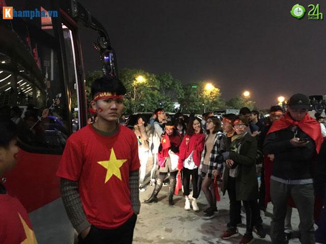 Fan nửa đêm vẫn đứng chờ xe chở ĐT Việt Nam, mở hội ăn mừng vô địch