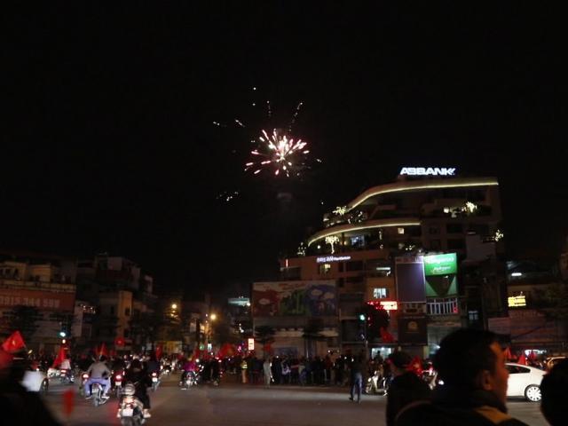 Clip: Pháo sáng chưa đủ, cả pháo hoa cũng xuất hiện trên phố Thủ đô