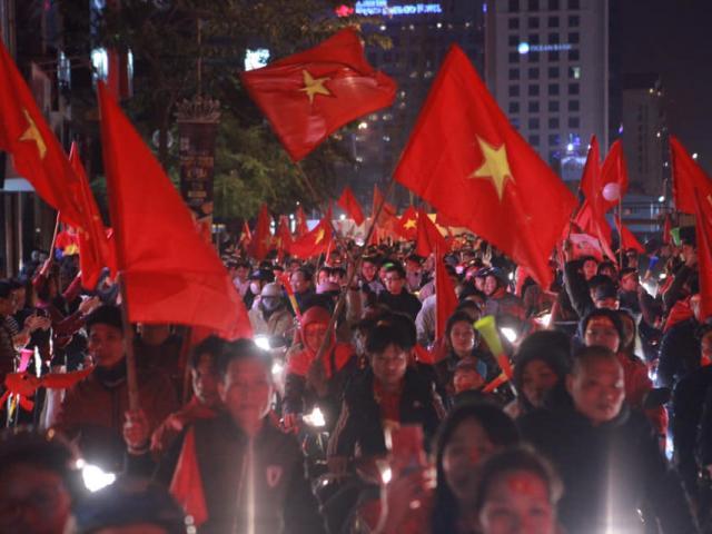 """Báo Anh: CĐV Việt Nam ăn mừng """"máu lửa"""" chức vô địch AFF Cup"""