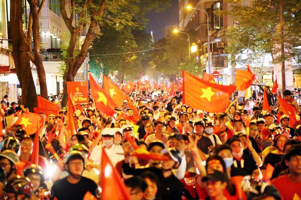 Đốt cả xe máy để ăn mừng chiến thắng của ĐT Việt Nam, fan cuồng gây sốc - 1