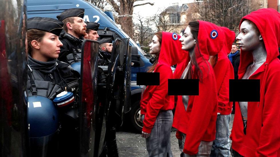 Phụ nữ ngực trần tham gia biểu tình áo vàng, đối đầu cảnh sát Paris - 1