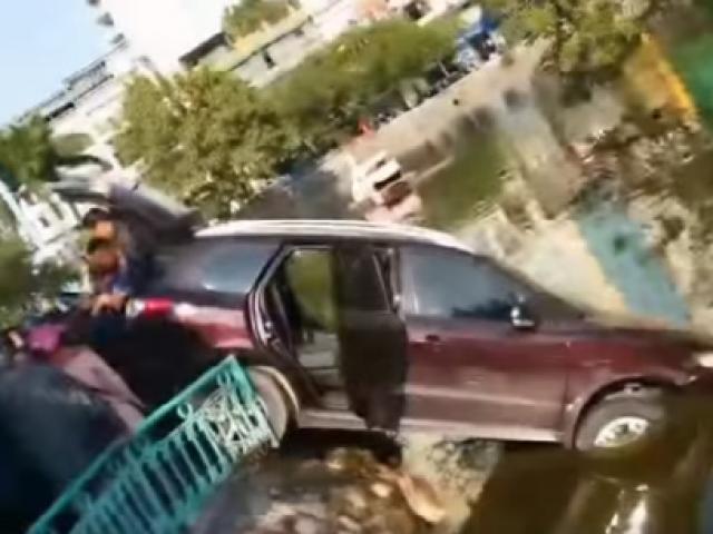 Hà Nội: Lái xe ôtô húc bay dải phân cách lao xuống hồ Trúc Bạch