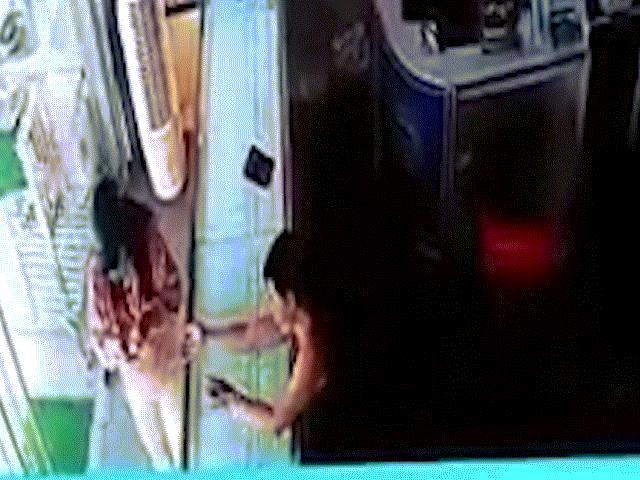 Clip: Nữ chủ tiệm vàng với cú bay qua tủ kính, khiến tên cướp bị bắt tại chỗ