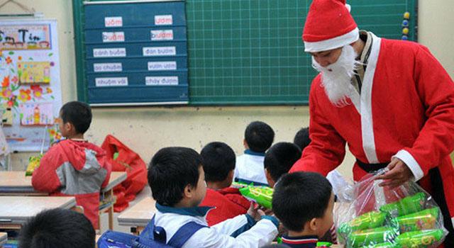 """Tranh cãi chuyện """"Ông già Noel"""" tặng quà cho con ở trường: Chạnh lòng bé có, bé không - 1"""