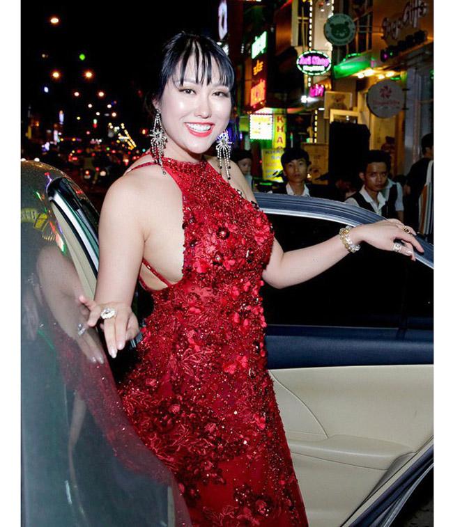 Chiếc váy này khiến Phi Thanh Vân để lộ phần cơ thể kém săn chắc.