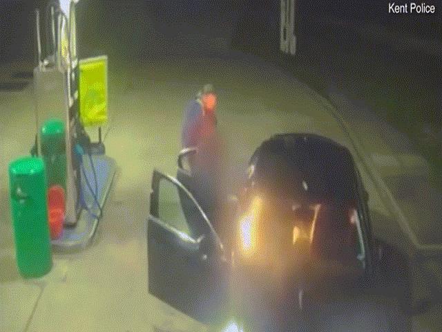 Say rượu, hai người đàn ông đốt xe taxi ngay tại trạm xăng