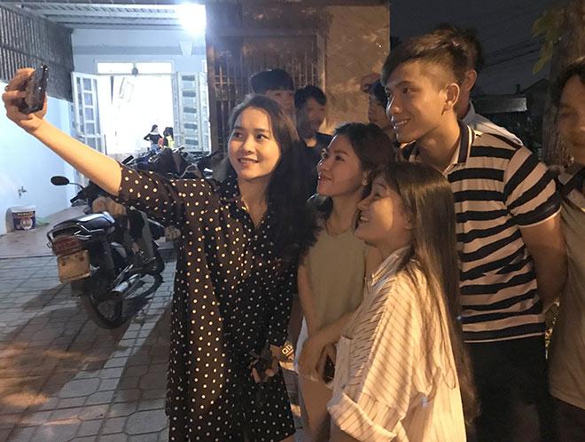 Fan nữ xinh nhiệt tình đến nhà Phan Văn Đức vui tiệc vô địch AFF Cup - 1