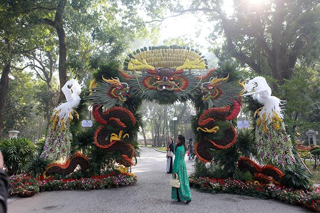 Ấn tượng với đôi rồng khổng lồ bằng hoa quả giữa lòng Hà Nội - 1