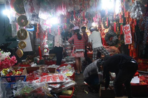 Chợ đồ Giáng sinh lớn nhất TP.HCM nhộn nhịp suốt đêm - 1