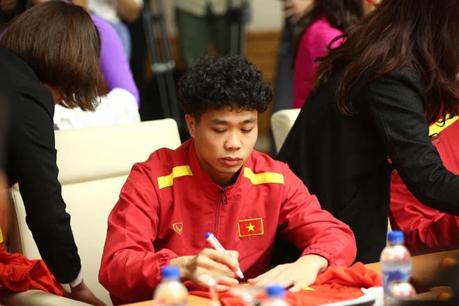 HLV Park Hang Seo và các cầu thủ cùng khoe tóc xoăn như Công Phượng - 1