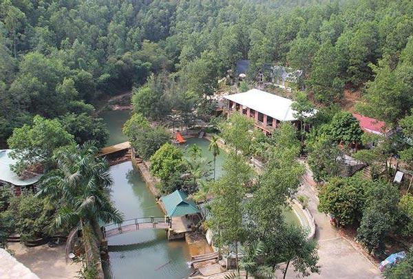 """Tháo dỡ khu du lịch """"mọc"""" trái phép bên suối ở Quảng Ninh - 1"""
