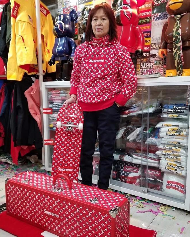 Bà mẹ U60 chất ngầu được mệnh danh là 'bà trùm' thời trang đường phố - 1