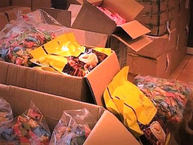 Hà Nội: Thu giữ hơn 2 tấn bánh kẹo nhập lậu đang trên đường đi tiêu thụ - 1