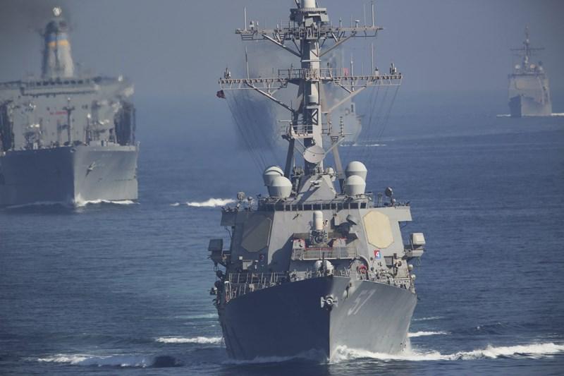 30 tàu Iran phóng rocket về phía tàu sân bay Mỹ ở vịnh Ba Tư - 1
