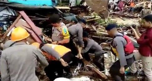 Ảnh sốc lạnh người về thảm họa sóng thần chết chóc ở Indonesia - 1