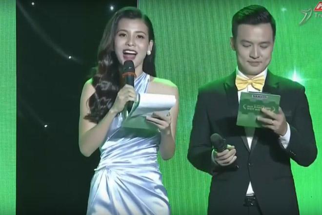 """Nữ MC bị chê trong lễ trao giải """"Quả bóng vàng 2018"""" là ai? - 1"""