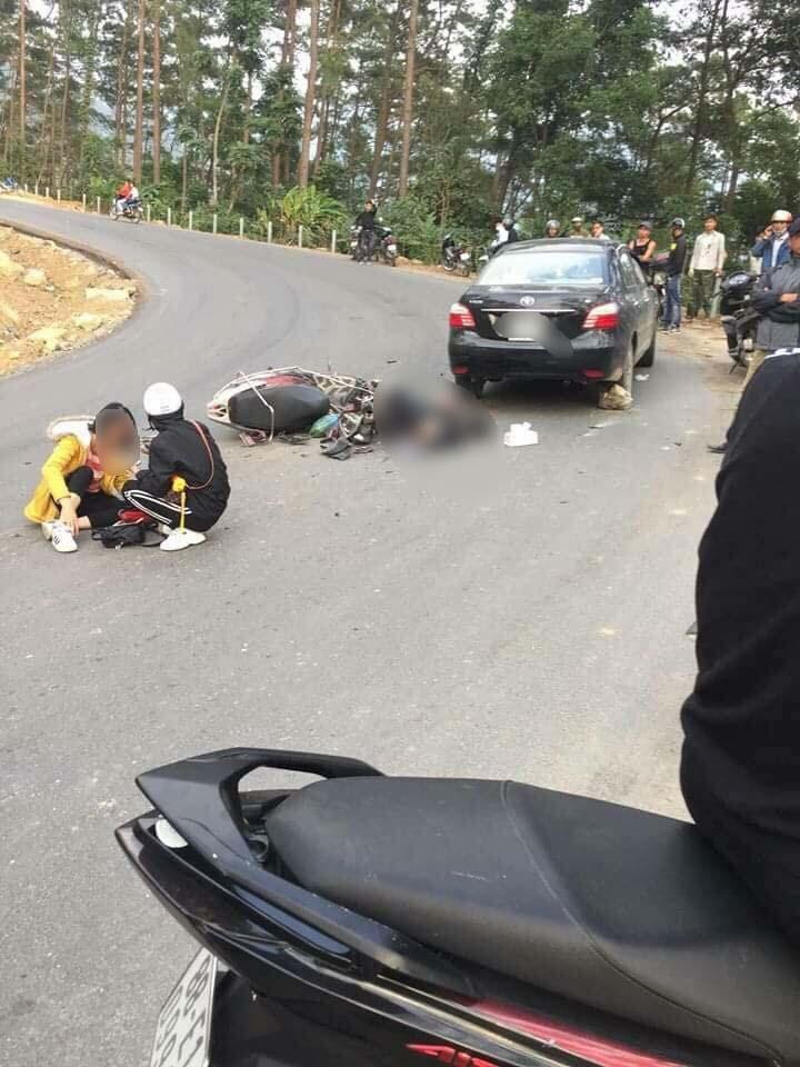 Đổ dốc ở Tam Đảo, xe máy chở đôi phượt thủ lao vào ô tô - 1