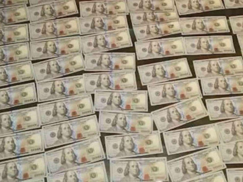 Nhặt được túi ở ga tàu Mỹ, sốc với số tiền mặt bên trong - 1