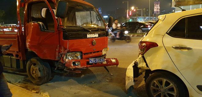 Hà Nội: Xe biển xanh gây tai nạn, 4 xe ôtô khác vạ lây - 1