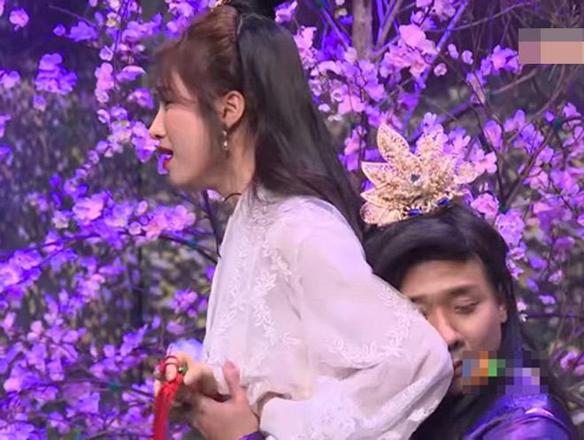 """Trấn Thành ôm Hòa Minzy """"quá đà"""" trên sân khấu khiến Hoài Linh khó chịu - 1"""