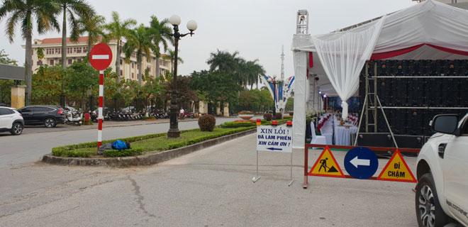Choáng với siêu rạp cưới chiếm lòng đường ngay cạnh Tỉnh ủy Hưng Yên - 1
