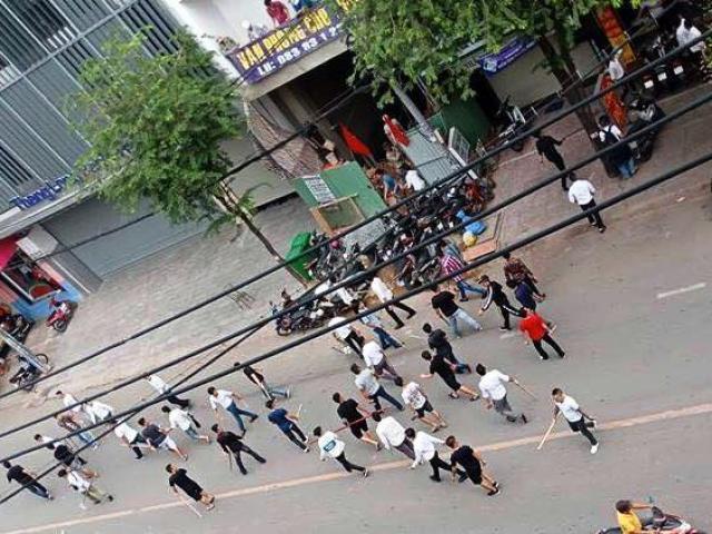 """Hơn 50 thanh niên hỗn chiến trên phố Sài Gòn, gậy gạch bay """"như tên bắn"""""""