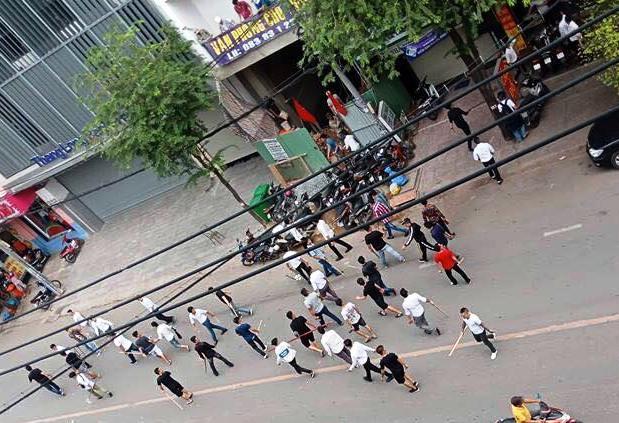 """Hơn 50 thanh niên hỗn chiến trên phố Sài Gòn, gậy gạch bay """"như tên bắn"""" - 1"""