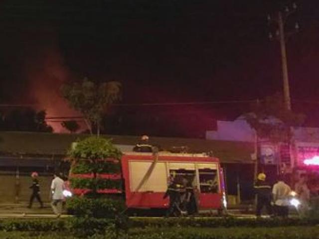Hơn 200 người dập đám cháy ở khu công nghiệp Trà Nóc - Cần Thơ