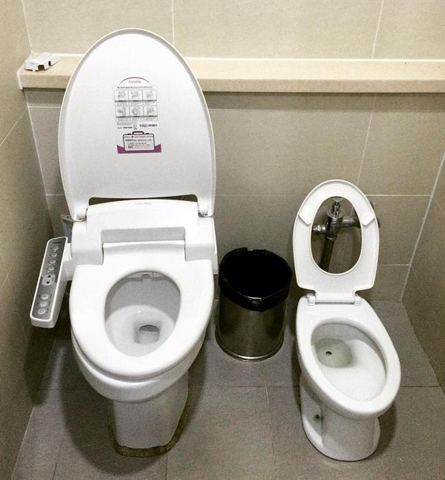 Nhà vệ sinh dành cho người lớn và trẻ nhỏ, quá là thuận tiện.