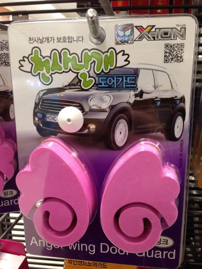 Người Hàn Quốc rất cẩn thận giữ gìn xe của mình và của người khác. Do đó họ sẽ mua những vật dụng bảo vệ cửa như thế này.