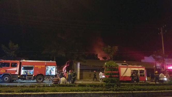 Hơn 200 người dập đám cháy ở khu công nghiệp Trà Nóc - Cần Thơ - 1