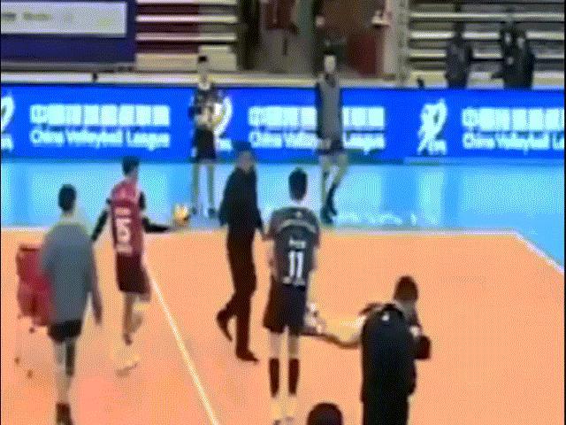 Chấn động bóng chuyền Trung Quốc: HLV đánh cầu thủ 2m đến nhập viện