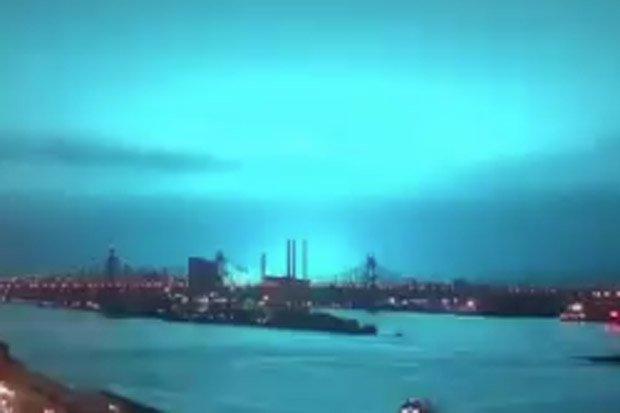 Bầu trời Mỹ chuyển màu xanh kì lạ, dân lo người ngoài hành tinh tấn công - 1