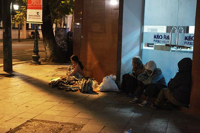 Ngủ trên vỉa hè giá lạnh, người vô gia cư co ro chống chọi với cái rét khốc liệt - 1