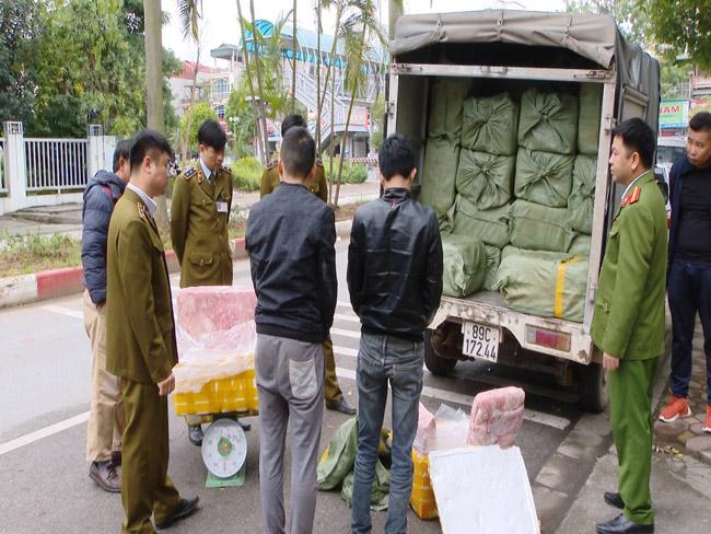 Hà Nội: Sau 10km truy đuổi, 3 tấn nầm lợn mốc xanh đã bị bắt giữ - 1