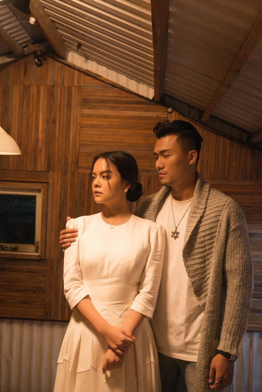 """Hậu ly hôn ông bầu Quang Huy, Phạm Quỳnh Anh """"thân mật"""" bên 3 chàng trai lạ - 1"""