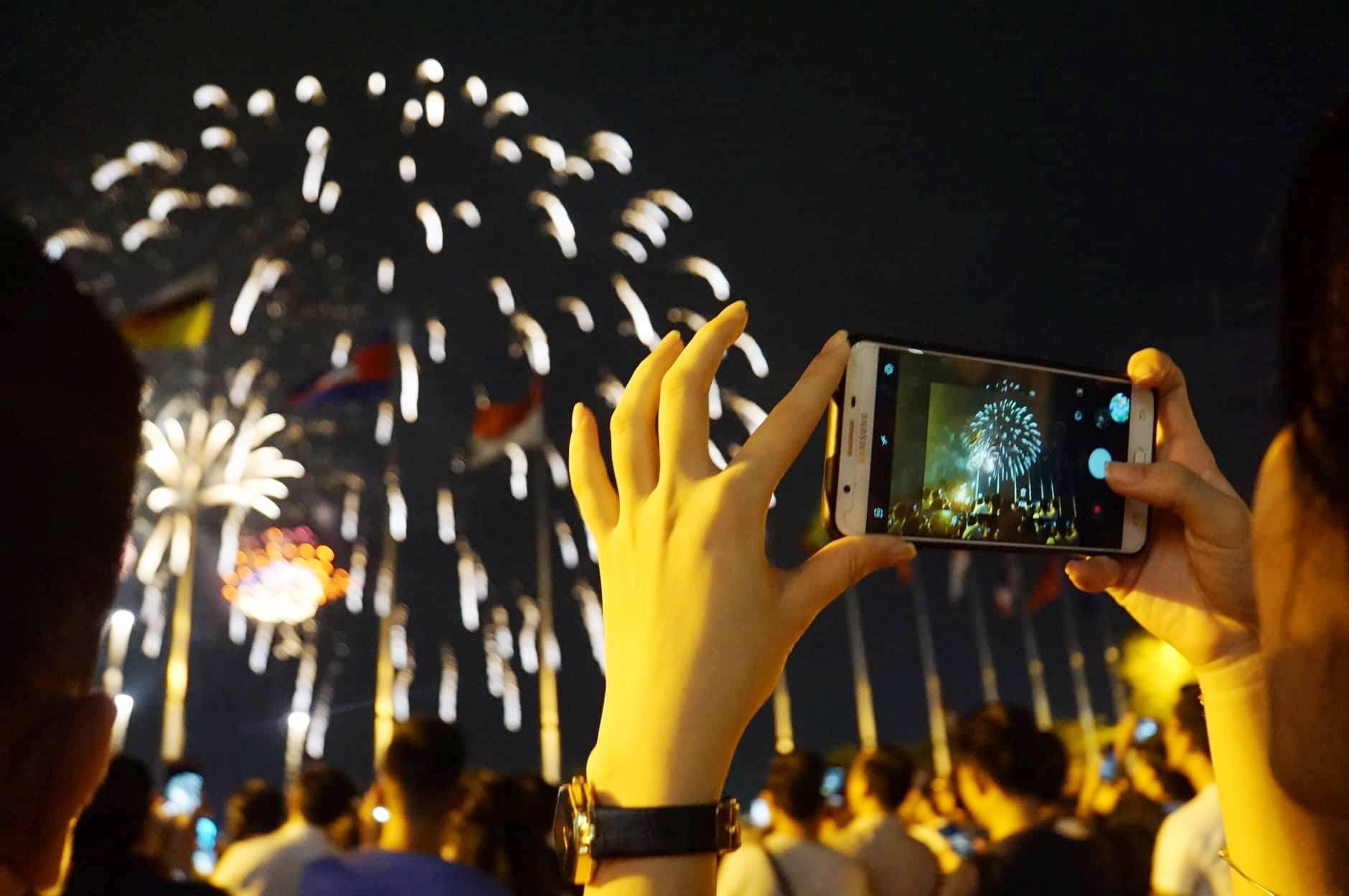 Đi xem pháo hoa mừng năm mới 2019 ở trung tâm Sài Gòn, người dân cần biết điều này - 1