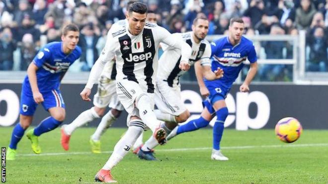 Ronaldo kỷ lục tất niên vẫn thua Messi, giải vây trọng tài bênh Juventus - 1