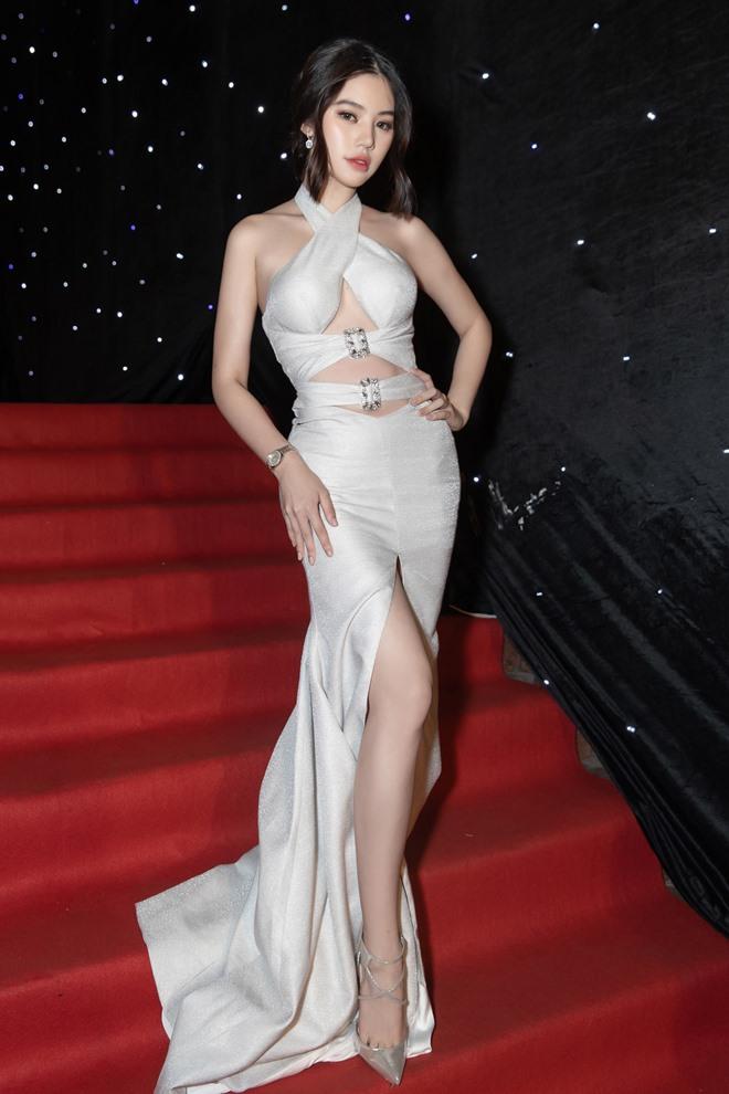 """Hoa hậu con nhà giàu khoe """"chân ngực"""" sexy, khiêu khích cánh mày râu - 1"""