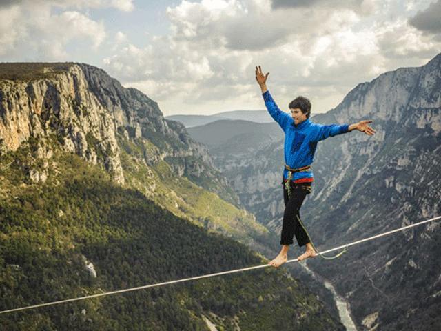 """Thót tim cuộc thi """"đi bộ trên bầu trời"""" cách mặt đất hơn 1km"""