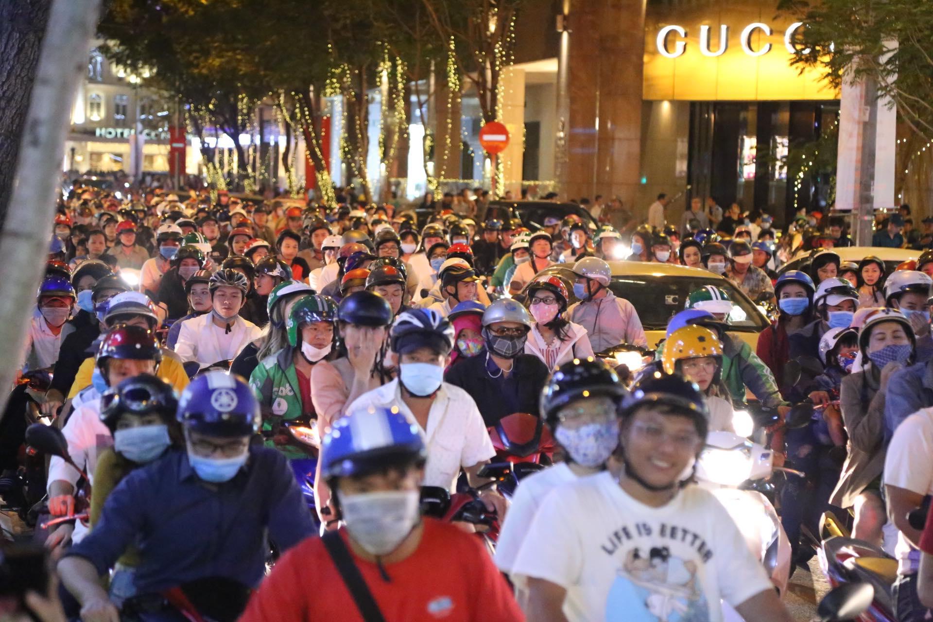 Người dân ùn ùn đổ về trung tâm Hà Nội, TP.HCM đón giao thừa - 1
