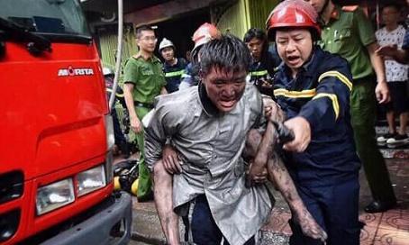 Chuyện chưa kể sau bức ảnh chiến sỹ PCCC cõng người thoát khỏi đám cháy - 1