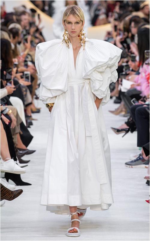 Valentino giải đáp câu hỏi: Phụ nữ mặc gì để giống nữ thần? - 1