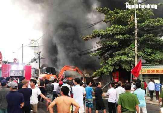Cháy chợ Còng ở Thanh Hóa, 260 ki-ốt bị thiêu rụi, thiệt hại tiền tỉ - 1