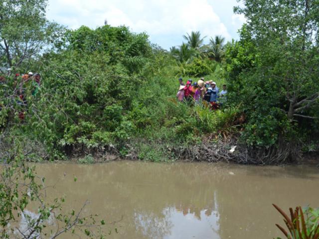 Chiếc xe Mercedes lao xuống rạch nghi chở 3 người mất tích