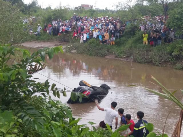 Tìm thấy 3 thi thể trong xe Mercedes lao xuống rạch