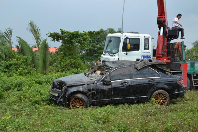 Tìm thấy 3 thi thể trong xe Mercedes lao xuống rạch - 1